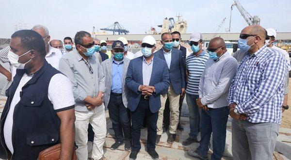وزير النقل يتابع معدلات تنفيذ المشروعات الخدمية الجاري تنفيذها بميناء الإسكندرية.